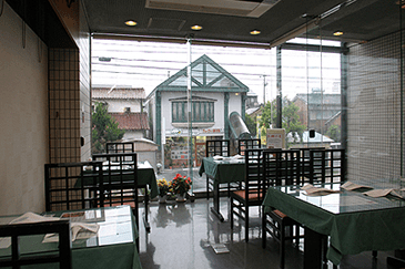 2階窓側のテーブルスペース